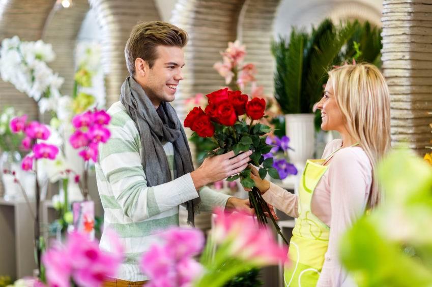 Не испортить подарок заверните цветы